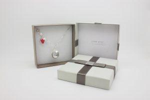 Collezione Classica ciondolo chiama angeli Dolce Luna con collana lunga e angelo rosso idea regalo perfetta per le future mamme.