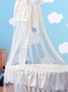 Spilla chiama angeli con fiocco blu versione maschietto, realizzata in argento, con immagino del bimbo con fiocco azzurro da attaccare alla culla, idea regalo per nascita e battesimo di un bambino.