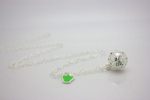 Richiamo Degli Angeli Attesa collezione Luxury l'originale chiama angeli per chi desidera una gravidanza con immagine dell'angelo custode contornato da zirconi verdi abbinata a collana in argento lunga con charm verde portafortuna.