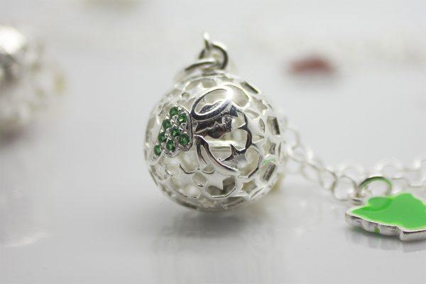 Originale ciondolo Attesa collezione Luxury con raffigurazione dell'angelo custode con ali di zirconi verdi chiama angeli argento 925 per chi desidera una gravidanza.